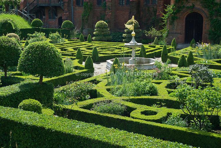 Hatfield-House-Maze-Garden-24867.jpg