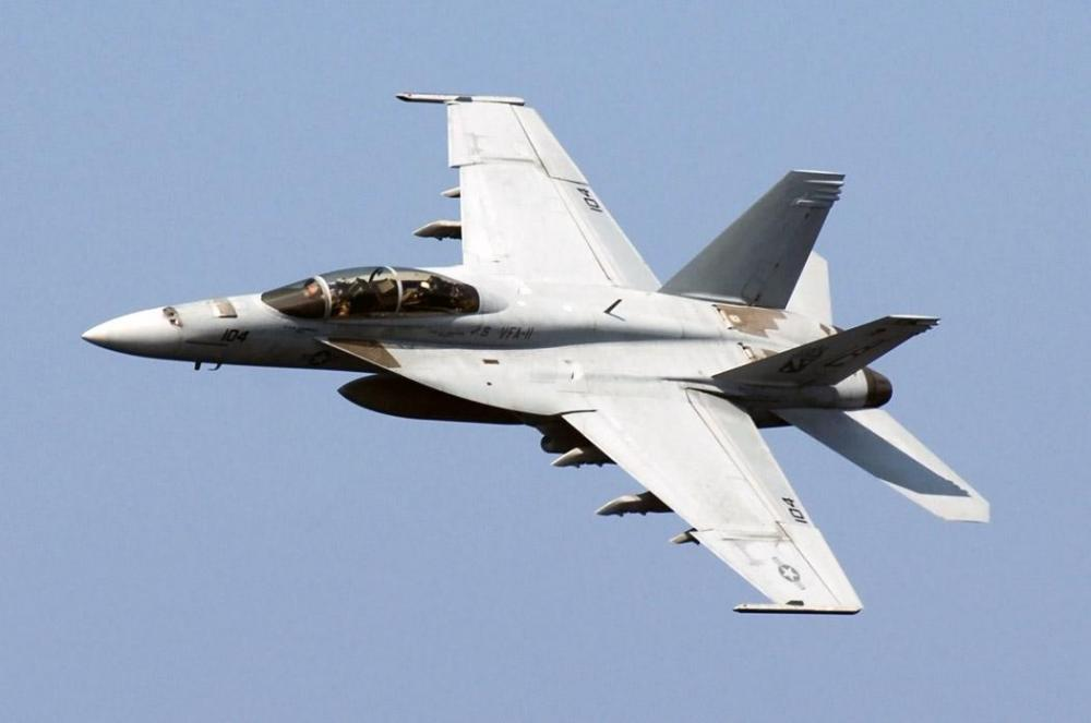 US_Navy_071203-N-8923M-074_An_F-A-18F_Super_Hornet,_from_the_Red_Rippers_of_Strike_Fighter_Squadron_(VFA)_11,_makes_a_sharp_turn_above_the_flight_deck_aboard_the_Nimitz-class_nuclear-powered_aircraft_carrier_USS_Harry_S._Truman.jpg